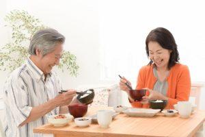 楽しく食事をする夫婦