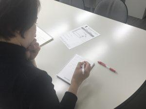 勉強中のスタッフ葛原
