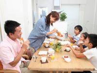 家族での食卓風景