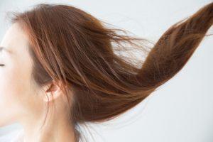 なびく髪の毛