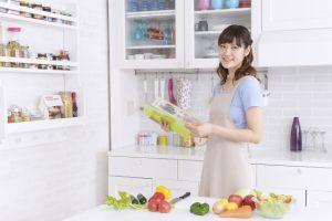 レシピ本を見て糖質制限を考える女性