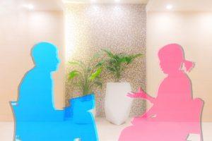 医療コーディネーターに相談する女性