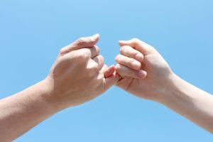 指切りをする男女の手