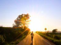 希望の光に向かって走る人
