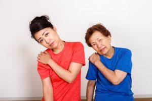 肩こりを訴える二人の女性