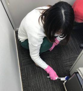 パソコンを掃除する植村