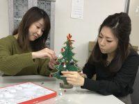 クリスマスツリーを組み立てる植村と前川