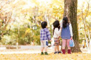 公園で遊ぶ子ども達