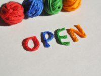 毛糸で書かれたOPENの文字