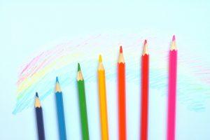さまざまな色の色鉛筆