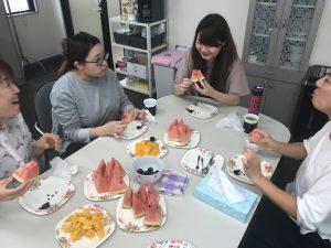フルーツを食べる女性スタッフたち
