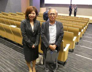 スタッフ前川(左)と古賀一誠先生(右)